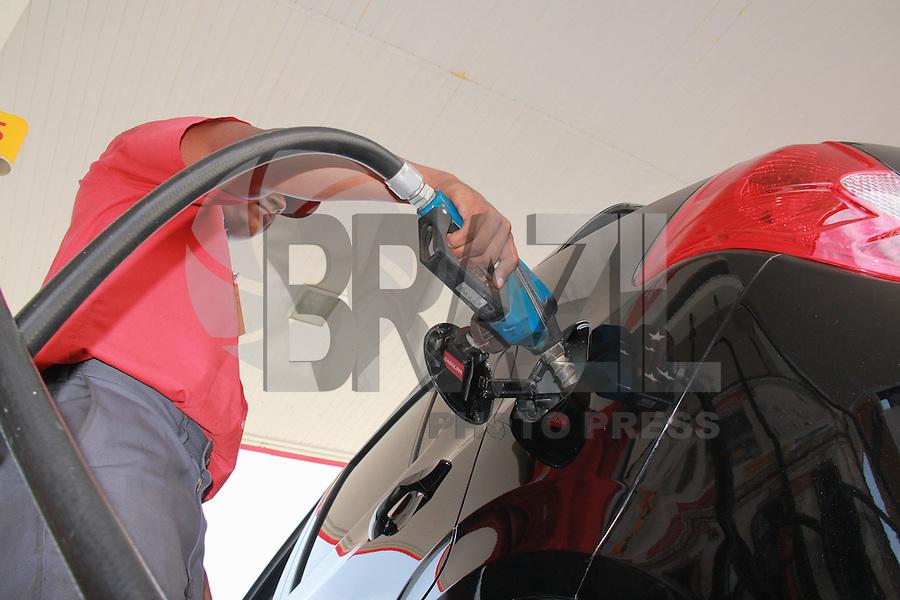 SALVADOR, BA, 10.12.2012 - COMBUSTÍVEL-BA -  Imagem de arquivo de frentista abastecento carro com gasolina em posto de combustível da cidade de Salvador (BA). (Foto: Joá Souza / Brazil Photo Press).
