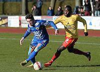 FC Knokke - OMS Ingelmunster : Gert Van Walle (links) aan de bal voor Papy Keita (r)<br /> Foto VDB / Bart Vandenbroucke