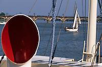 Europe/France/Aquitaine/33/Gironde/Bordeaux: Navigation sur la Garonne - Le pont de pierre lors de la fête du fleuve