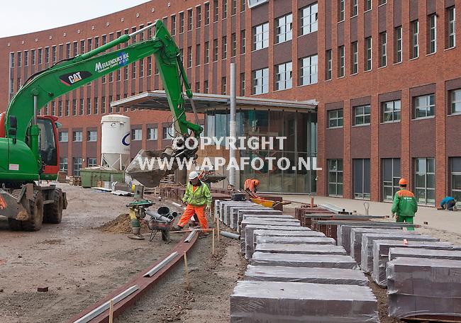 Boxmeer 271010 Buiten het Maasziekenhuis wordt hard gewerkt aan de bestrating .<br /> Foto frans Ypma APA-foto