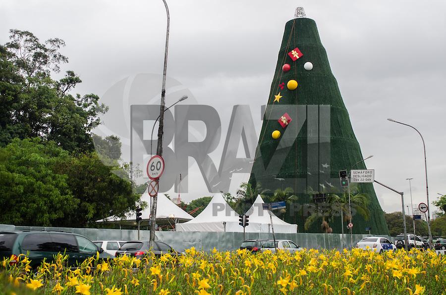 SAO PAULO, SP, 25.11.2013 - ARVORE IBIRAPUERA - Tradicional arvore de Natal é vista, em frente ao Parque do Ibirapuera, região sul da capital, na tarde desta segunda feira, 25.   (Foto: Alexandre Moreira / Brazil Photo Press)