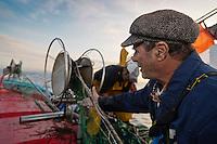 Europe/Provence-Alpes-Côte d'Azur/83/Var/Iles d'Hyères/Ile de Porquerolles: A la pêche  pour lever les filets sur le pointu de Gérard Genta, pêcheur et restaurateur: Restaurant du Pêcheur - Hôtel Le Porquerollais   <br /> Auto N°:2012-418