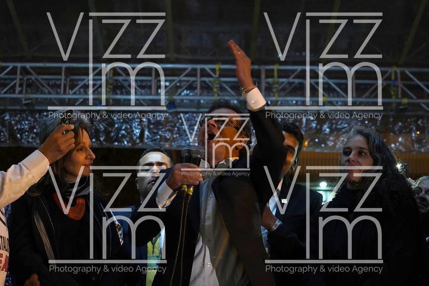 """BOGOTÁ -COLOMBIA, 07-08-2018: Miles de manifestantes se congregaron en el parque de La Hoja en Bogotá hoy, 07 de agosto de 2018, durante la """"Marcha por la Vida"""" convocada por el excandidato presidencial y líder de """"Colombia Humana"""" Gustavo Petro y que se realiza simultaneamente en las principales ciudaddes de Colombia . / Thousands of demonstrators gathered in the La Hoja park in Bogotá today, August 7, 2018, during the """"March for Life"""" convened by the former presidential candidate and leader of """"Colombia Humana"""" Gustavo Petro and which takes place simultaneously at the Main cities of Colombia. Photo: VizzorImage / Diego Cuevas / Cont"""