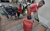 CALI - COLOMBIA, 14-04-2020: Familias enteras corren hacias los buses durante la jornada de repatriación de 215 venezolanos hacía su país desde Cali en el día 22 de la cuarentena total en el territorio colombiano causada por la pandemia  del Coronavirus, COVID-19. / Whole families run towards the buses during the repatriation journey of 215 Venezuelans to their country from Cali during the day 22 of total quarantine in Colombian territory caused by the Coronavirus pandemic, COVID-19. Photo: VizzorImage / Gabriel Aponte / Staff
