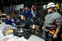 Bergarbeiterstreik in Spanien.<br />In dem Dorf Santa Cruz del Sil der Provinz Leon haben 8 Bergarbeiter am 21. Mai 2012  beschlossen, sich so lange in der Mine einzuschliessen, bis alle Mineros ihren vollen Lohn von der Firmenleitung erhalten. Die Firmenleitung hatte ihnen im Mai 2012 nur die Haelfte des Lohns ausgezahlt. Seit dem wird die Mine bestreikt.<br />Im Bild: Die eingeschlossenen Mineros in ihrem Aufenthaltsraum, 3.000 Meter weit im Berg. Ein Kumpel bringt Essen, das von Angehoerigen gekocht wurde.<br />3.7.2012, Santa Cruz del Sil/Asturien/Spanien<br />Copyright: Christian-Ditsch.de<br />[Inhaltsveraendernde Manipulation des Fotos nur nach ausdruecklicher Genehmigung des Fotografen. Vereinbarungen ueber Abtretung von Persoenlichkeitsrechten/Model Release der abgebildeten Person/Personen liegen nicht vor. NO MODEL RELEASE! Don't publish without copyright Christian-Ditsch.de, Veroeffentlichung nur mit Fotografennennung, sowie gegen Honorar, MwSt. und Beleg. Konto:, I N G - D i B a, IBAN DE58500105175400192269, BIC INGDDEFFXXX, Kontakt: post@christian-ditsch.de.<br />Urhebervermerk wird gemaess Paragraph 13 UHG verlangt.]