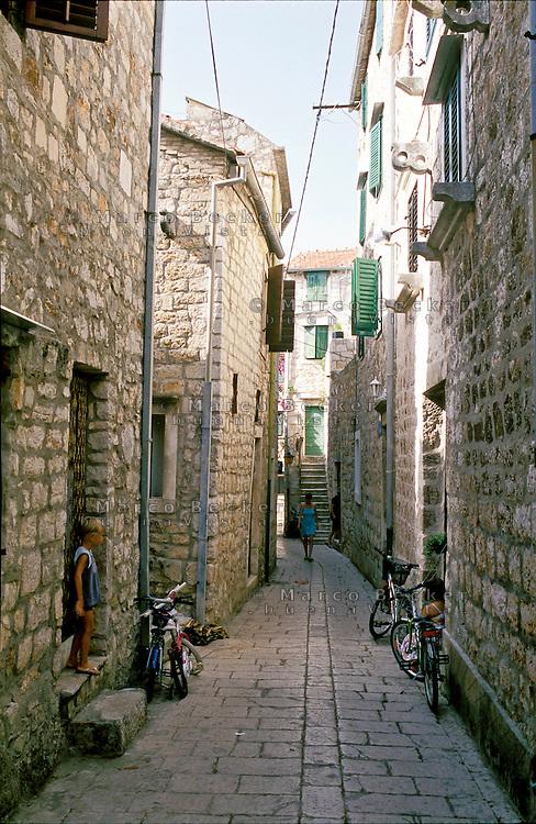 """Stari Grad (Cittavecchia di Lesina), cittadina sull'isola di Hvar tra le più antiche d'Europa. Un vicolo --- Stari Grad (""""old town"""") on the island of Hvar, one of the oldest towns in Europe. An alley"""