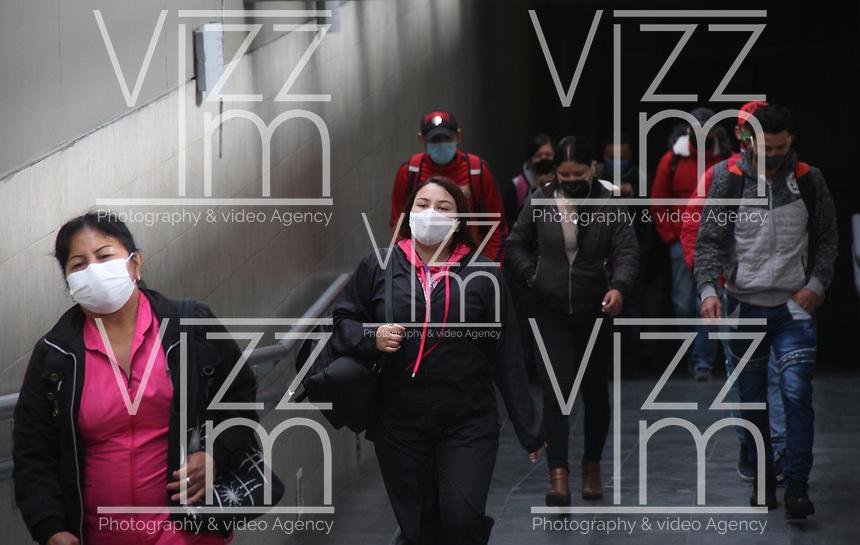 BOGOTA - COLOMBIA, 17-06-2020: Usuarios de Transmilenio durante la pandemia del Coronavirus .El último informe del Ministerio de salud es 1.081 muertos,54.931 contagiados,20.366 recuperados. / Transmilenio passengers during the Coronavirus pandemic. The latest report from the Ministry of Health is 1,081 dead, 54,931 infected, 20,366 recovered.. Photo: VizzorImage / Felipe Caicedo / Staff