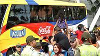 BARRANQUILLA - COLOMBIA - 27-03-2016: Hinchas de la Selección Colombia animan al equipo a la salida del Hotel hacia el entreno en Barranquilla. El equipo colombiano se prepara en Barranquilla para el partido contra el seleccionado de Ecuador el 29 de marzo, partido clasificatorio a la Copa Mundial de la FIFA Rusia 2018. / Colombia team fans cheer their team on leaving the Hotel go to training in Barranquilla. Colombia team prepares in Barranquilla for the match against the national team of Ecuador on March 29, qualifying for the World Cup 2018 match Russia. (Photo: VizzorImage / Luis Ramirez/ Staff)
