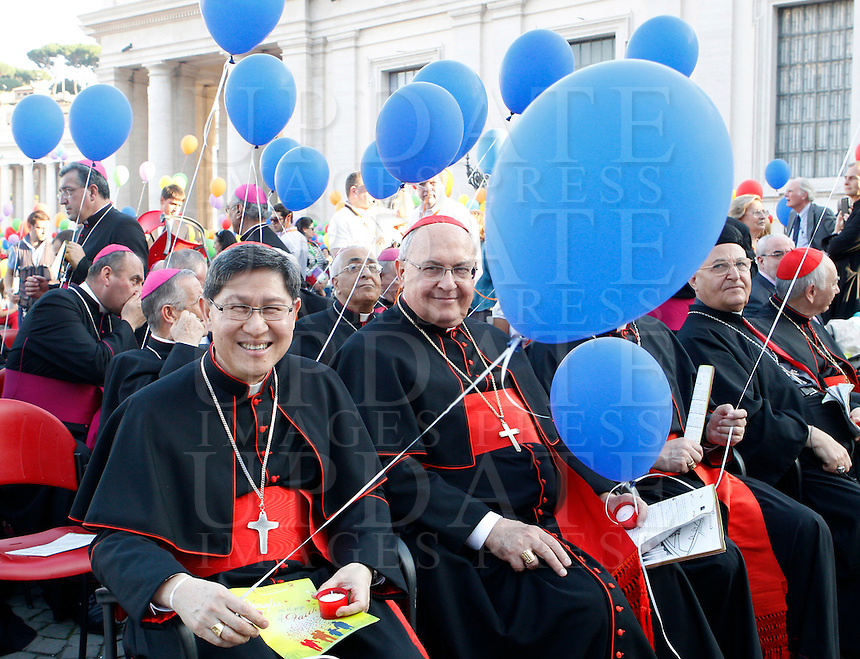 Cardinali e vescovi tengono palloncini durante l'incontro del Papa con le famiglie in Piazza San Pietro, Citta' del Vaticano, 26 ottobre 2013.<br /> Cardinals and bishops hold balloons during a meeting attended by the Pope with families in St. Peter's Square at the Vatican, 26 October 2013.<br /> UPDATE IMAGES PRESS/Riccardo De Luca<br /> <br /> STRICTLY ONLY FOR EDITORIAL USE