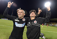 BOGOTÁ -COLOMBIA, 20-01-2015. Edward Jimenez y M. Lazaga jugadores del Cúcuta Deportivo celebran el paso de su equipo a la primera división del fútbol profesional colombiano después del encuentro con Deportes Quindio en la fecha 3 de los cuadrangulares de ascenso Liga Aguila 2015 jugado en el estadio Metropolitano de Techo de la ciudad de Bogotá./ Edward Jimenez and M. Lazaga players of Cucuta Deportivo celebrate the passage of his team to the first division of Colombian football after the match against Deportes Quindio on the third date of the promotional quadrangular Aguila League 2015 played at Metropolitano de Techo stadium in Bogotá city. Photo: VizzorImage/ Gabriel Aponte / Staff