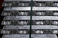 Deutschland, Hamburg, Unternehmen Fehrmann windows, Giesserei fuer Herstellung von Rahmen und Bauteilen, Aluminium Barren