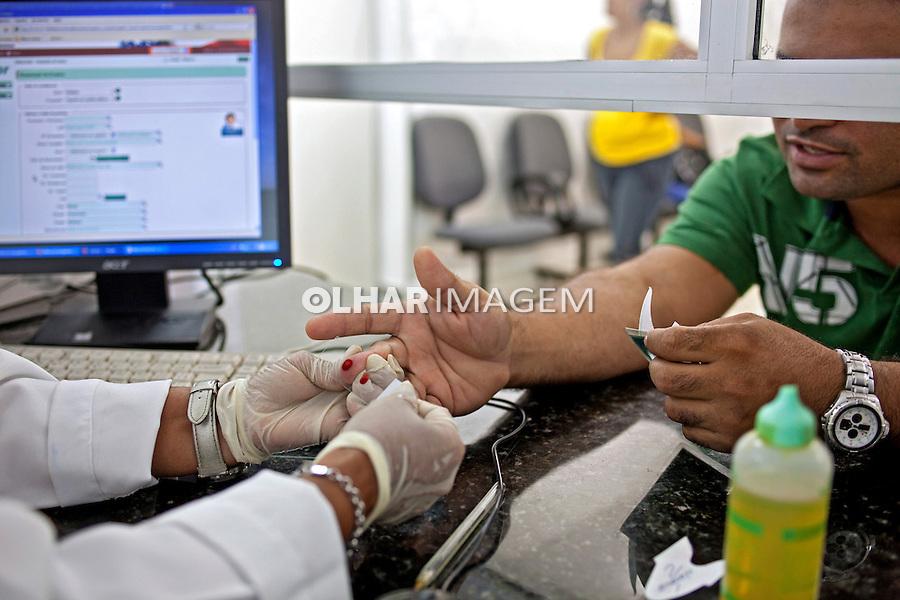Coleta de sangue em exame de malaria no Hospital da Fundaçao de Medicina Tropical. Manaus. Amazonas. 2010. Foto de Ricardo Funari.