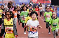 Nederland - Amsterdam - 2019 . De Marathon van Amsterdam. De Kids Run. De kinderen bereiken de finislijn in het Olympisch Stadion.   Foto mag niet in negatieve / schadelijke context gepubliceerd worden.   Foto Berlinda van Dam / Hollandse Hoogte