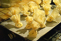 How to prepare French goat cheese - chevre - in puff pastry or filo dough (brick), aumoniere in French, recipe and series of pictures: fold the filo dough to a small pouch and tie with a string, then put in oven Clos des Iles Le Brusc Six Fours Cote d'Azur Var France