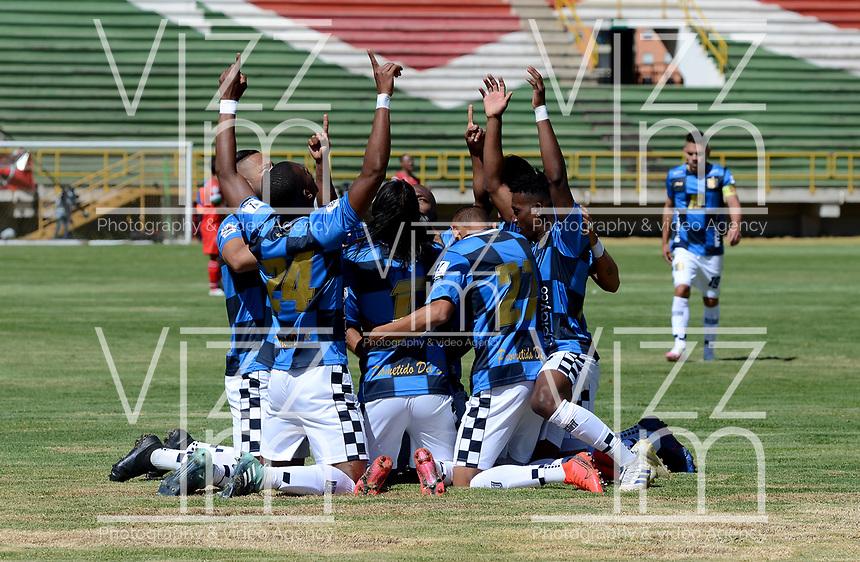TUNJA - COLOMBIA, 30-01-2021: Johan Arenas de Boyaca Chico F. C., celebra con sus compañeros de equipo despues de anotar gol de su equipo, durante partido de la fecha 3 entre Patriotas Boyaca F. C., y Boyaca Chico F. C., por la Liga BetPlay DIMAYOR I 2021, jugado en el estadio La Independencia de la ciudad de Tunja. / Johan Arenas of Boyaca Chico F. C., celebrates with his teammates after scoring goal of his team, during a match of the 3rd date between Patriotas Boyaca F. C., and Boyaca Chico F. C., for the BetPlay DIMAYOR I 2021 League played at the La Independencia stadium in Tunja city. / Photo: VizzorImage / Macgiver Baron / Cont.