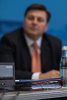 """Senats-Pressekonferenz des Berliner Senat am Deinstag den 12. April 2016. Thema war die Baupolitik und die Foerderung des Wohnungsbau durch das Land Berlin. Vorgestellt wurde die Vereinbarung """"400.000 bezahlbare Wohnungen im Landeseigentum"""" zwischen dem Land Berlin und den sechs landeseigenen Wohnungsunternehmen.<br /> Im Bild: Bausenator Andreas Geisel (SPD).<br /> 12.4.2016, Berlin<br /> Copyright: Christian-Ditsch.de<br /> [Inhaltsveraendernde Manipulation des Fotos nur nach ausdruecklicher Genehmigung des Fotografen. Vereinbarungen ueber Abtretung von Persoenlichkeitsrechten/Model Release der abgebildeten Person/Personen liegen nicht vor. NO MODEL RELEASE! Nur fuer Redaktionelle Zwecke. Don't publish without copyright Christian-Ditsch.de, Veroeffentlichung nur mit Fotografennennung, sowie gegen Honorar, MwSt. und Beleg. Konto: I N G - D i B a, IBAN DE58500105175400192269, BIC INGDDEFFXXX, Kontakt: post@christian-ditsch.de<br /> Bei der Bearbeitung der Dateiinformationen darf die Urheberkennzeichnung in den EXIF- und  IPTC-Daten nicht entfernt werden, diese sind in digitalen Medien nach §95c UrhG rechtlich geschuetzt. Der Urhebervermerk wird gemaess §13 UrhG verlangt.]"""