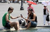 Turisti si rinfrescano ad una fontana per ripararsi dal caldo, a Roma, 17 luglio 2010..Tourists cool off at a fountain in a hotsummer day in Rome, 17 july 2010..UPDATE IMAGES PRESS/Riccardo De Luca