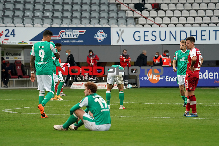 17.10.2020, Schwarzwald Stadion, Freiburg, GER, 1.FBL, SC Freiburg vs SV Werder Bremen<br /> <br /> im Bild / picture shows<br /> Ein entäuschter Josh Sargent (Bremen), Davie Selke (Bremen), Maximilian Eggestein (Bremen)<br /> <br /> Foto © nordphoto / Bratic<br /> <br /> DFL REGULATIONS PROHIBIT ANY USE OF PHOTOGRAPHS AS IMAGE SEQUENCES AND/OR QUASI-VIDEO.
