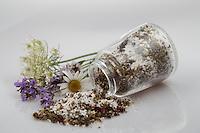 Blütensalz, Blüten-Salz, Salz wird mit essbaren Blüten aromatisiert, Blüten, Blumen, Kräuter, Kräuter sammeln, Ernte, Kräuterernte, Kräutersalz, Kräuter-Salz, Blütenblätter, essbare Blüten. Echter Lavendel, Lavandula angustifolia, Lavender. Kartoffel-Rose, Kartoffelrose, Runzel-Rose, Runzelrose, Rose, Rosa rugosa, Japanese Rose. Königskerze, Verbascum spec., Mullein. Echter Alant, Helenenkraut, Inula helenium, Elecampane, Scabwort, Horse-heal, Marchalan. Margerite, Wiesenmargerite, Leucanthemum vulgare, Chrysanthemum leucanthemum, oxeye daisy, ox-eye daisy, moon daisy. Oregano, Wilder Dost, Echter Dost, Gemeiner Dost, Origanum vulgare, Oregano, Oreganum, Wild Marjoram. Wilde Möhre, Daucus carota, Wild Carrot. Wasser-Minze, Wasserminze, Minze, Mentha aquatica, Horsemint, Water Mint. Blossom, blossoms, flower, flowers, bloom, blooms, petal, petals, salt.