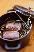 Europe/France/Rhone-Alpes/73/Savoie/ Val-Thorens: le chevreuil, juste saisi et parfumé, dans sa marmite au foin, Recette de Jean Sulpice du  restaurant restaurant L'Oxalys,