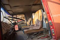 Feuerwehr in Qamishli, Rojava/Syrien.<br /> Von sieben Feuerwehr-Fahrzeugen die der YPG-Regierung in Qamishli zur Verfuegung stehen, ist nur eines funktionstuechtigt. Fuenf Fahrzeuge sind mit vorhandenen Mitteln nicht zu reparieren - Motorschaden, unbenutzbare Fahrerkabinen, defekte Stromleitungen.<br /> Zusaetzlich zumden Augaben der Feuerwehr muessen die 12 Feuerwehrmaenner - je 3 von ihnen arbeiten in 24-Stundenschichten - auch noch Wasser in Stadtteile ohne Wasserversorgung verteilen.<br /> Im Bild: Ein kaputte Feuerwehrfahrzeug das vor ueber 25 Jahren von der Freiwilligen Feuerwehr aus Kalkar nach Syrien gekommen ist. Wenn eine Batterie in das Fahrzeug eingesetzt wird, kann es fuer ca. 20 Minuten fahren, danach ist die Batterie alle. Der Fehler ist nicht zu finden.<br /> 15.12.2014, Qamishli/Rojava/Syrien<br /> Copyright: Christian-Ditsch.de<br /> [Inhaltsveraendernde Manipulation des Fotos nur nach ausdruecklicher Genehmigung des Fotografen. Vereinbarungen ueber Abtretung von Persoenlichkeitsrechten/Model Release der abgebildeten Person/Personen liegen nicht vor. NO MODEL RELEASE! Nur fuer Redaktionelle Zwecke. Don't publish without copyright Christian-Ditsch.de, Veroeffentlichung nur mit Fotografennennung, sowie gegen Honorar, MwSt. und Beleg. Konto: I N G - D i B a, IBAN DE58500105175400192269, BIC INGDDEFFXXX, Kontakt: post@christian-ditsch.de<br /> Bei der Bearbeitung der Dateiinformationen darf die Urheberkennzeichnung in den EXIF- und  IPTC-Daten nicht entfernt werden, diese sind in digitalen Medien nach §95c UrhG rechtlich geschuetzt. Der Urhebervermerk wird gemaess §13 UrhG verlangt.]