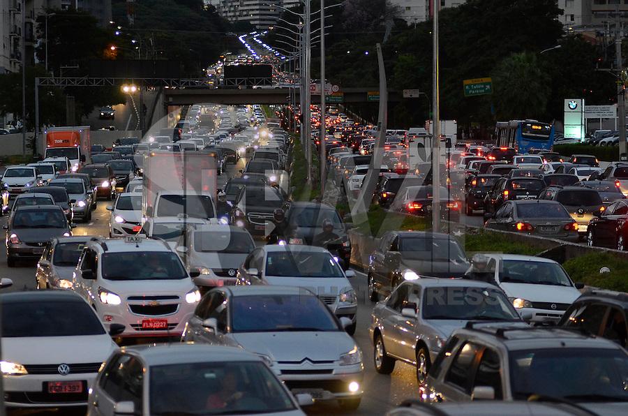 SÃO PAULO, SP, 25.04.2014 – TRÂNSITO EM SÃO PAULO: Trânsito na Av. 23 de Maio, próximo ao Parque do Ibirapuera, zona sul de São Paulo na tarde desta sexta feira. (Foto: Levi Bianco / Brazil Photo Press).