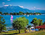 Deutschland, Bayern, Oberbayern, Chiemgau: Blick von Gstadt auf Chiemsee mit Fraueninsel und Hochgern | Germany, Bavaria, Upper Bavaria, Chiemgau, view from Gstadt across lake Chiemsee with Frauen island and Hochgern mountain