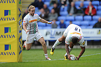 Kyle Sinckler of Harlequins scores a breakaway try as Charlie Walker of Harlequins cheers him on during the Aviva Premiership match between London Irish and Harlequins at the Madejski Stadium on Sunday 1st May 2016 (Photo: Rob Munro/Stewart Communications)