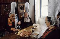 """Europe/France/Bretagne/29/Finistère/Pont-l'Abbé : Bigoudennes mangeant le """"choden bigouden"""" [Non destiné à un usage publicitaire - Not intended for an advertising use] [Non destiné à un usage publicitaire - Not intended for an advertising use]<br />  PHOTO D'ARCHIVES // ARCHIVAL IMAGES<br /> FRANCE 1990"""