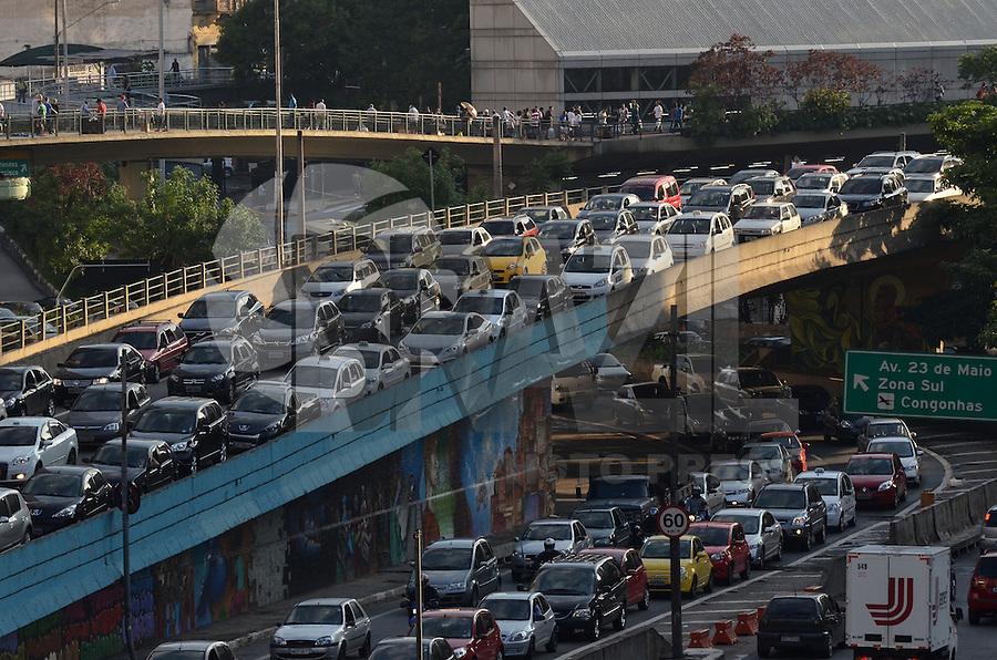 ATENCAO EDITOR IMAGEM EMBARGADA PARA VEICULOS INTERNACIONAIS - SAO PAULO, SP, 18 DE JANEIRO DE 2013. - TRANSITO SP - Transito intenso na entrada do tunel Anhangabau, no fim da tarde desta sexta feira, 18 .  (FOTO: ALEXANDRE MOREIRA / BRAZIL PHOTO PRESS).