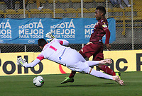 BOGOTÁ - COLOMBIA, 04-02-2019:Luis Gonzalez  (Der.) jugador del Deportes Tolima disputa el balón con Luis Delgado (Izq.) jugador del Rionegro durante partido por la fecha 3 de la Liga Águila I 2019 jugado en el estadio Metropolitano de Techo de la ciudad de Bogotá. /Luis Gonzalez (R) player of Deportes Tolima fights the ball  against of Luis Delgado (L) player of Rionegro during the match for the date 3 of the Liga Aguila I 2019 played at the Metroplitano de Techo  stadium in Bogota city. Photo: VizzorImage / Felipe Caicedo / Staff.