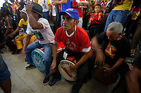 Dezenas de grupos de carimbó chegam de cidades do interior como, Marapanim, Curuçá, Salinas, Soure e Vigia, entre outras e se juntam aos grupos da capital para comemorar a aprovação do registro do Carimbó como patrimônio cultural do Brasil, assinado nesta quinta feira ( 11/09 ). Os grupos fizeram a primeira apresentação do dia no mercado do Ver-o-Peso, se concentrando as dez da manhã no Centro Cultural Tancredo Neves onde receberam a minista Marta Suplicy. Os musicos e dançarinos continuam as comemorações com muita música para população. <br /> <br /> <br /> O Instituto do Patrimônio Histórico e Artístico Nacional (IPHAN) aprovou o registro do Carimbó como patrimônio cultural do Brasil. A decisão, feita por unanimidade, saiu na manhã desta quinta-feira, 11, durante reunião do Conselho Consultivo do Patrimônio Cultural, em Brasília. O pedido de Registro foi apresentado pela Irmandade de Carimbó de São Benedito, Associação Cultural Japiim, Associação Cultural Raízes da Terra e Associação Cultural Uirapurú, com a anuência da comunidade.Entre os anos de 2008 e 2013, o Departamento de Patrimônio Imaterial (DPI/IPHAN) e a Superintendência do IPHAN no Pará conduziram o processo de Registro e acompanharam as pesquisas para a Identificação do Carimbó em diversas regiões do estado. Muito mais que uma manifestação cultural, as formas de expressão contidas no Carimbó estão expressas em seus aspectos artísticos, cultural, ambiental, social e histórico da região amazônica.   <br /> <br /> O ritmo do Pará<br /> Expressão que compreende todo um complexo lúdico de práticas, sociabilidades, esteticidades e performances, o carimbó, sem dúvida, constitui uma das mais emblemáticas e alegóricas referências da cultura paraense. Grande parte dos registros apresenta o carimbó como uma invenção dos negros escravos que habitavam esta parte da Amazônia no século XVII. De acordo com estas considerações, teria ocorrido uma j
