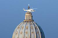 20130228 Papa Benedetto XVI vola sopra la cupola di San Pietro