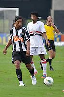 SÃO PAULO, SP, 17 DE JUNHO DE 2012 - CAMPEONATO BRASILEIRO - SÃO PAULO x ATLÉTICO MG: Ronaldinho (e) e Cortez (d) durante partida São Paulo x Atlético Mineiro, válida pela 5ª rodada do Campeonato Brasileiro de 2012 no Estádio do Morumbi. FOTO: LEVI BIANCO - BRAZIL PHOTO PRESS