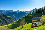 Italien, Suedtirol (Trentino - Alto Adige), Wengen: Blick von Altwengen ueber die spaetgotische Barbarakapelle zur Puez-Geisler-Gruppe (links) und rechts dem Gipfel Peitlerkofel (Sass de Putia) | Italy, South Tyrol (Trentino - Alto Adige), La Valle: view from Old-Wengen towards chapel Saint Barbara, at background Puez-Geisler-Group (left) and summit Peitlerkofel (Sass de Putia)