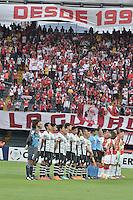 BOGOTÁ-COLOMBIA-22-04-2015. Jugadores de Independiente Santa Fe de Colombia y Atlas de Mexico durante los actos protocolarios previo al partido por la segunda fase, llave G1, de la Copa Bridgestone Libertadores 2015 jugado en el estadio Nemesio Camacho El Campin, de la ciudad de Bogota. / Players of Independiente Santa Fe of Colombia and Atlas de Mexico during the formal event prior the match for the second phase, G1 key, of the Copa Bridgestone Libertadores 2015 played at Nemesio Camacho El Campin stadium in Bogota city.  Photo: VizzorImage/ Gabriel Aponte /Staff