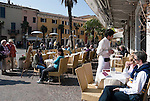 Italy, Lombardia, Sirmione, located on a small peninsula on the South Banks of Lake Garda: pavement cafes and restaurant at Old Town | Italien, Lombardei, Gardasee, Sirmione, auf einer Halbinsel am Suedufer des Gardasees gelegen: Cafes und Restaurants in der Altstadt