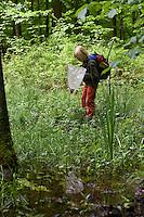 Kind keschert an einem Tümpel, Keschern, Kescher