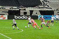 São Paulo (SP), 13/12/2020 - CORINTHIANS-SAOPAULO - Volpi, goleiro do São Paulo perde a bola. Corinthians e São Paulo partida válida pela 25ª rodada do Campeonato Brasileiro 2020, na Neo Química Arena, neste domingo (13).