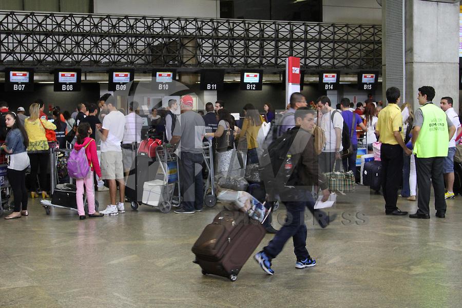 GUARULHOS, SP, 20.12.13 - MOVIMENTAÇÃO AEROPORTO GUARULHOS/SP - Movimentação de Passageiros no Aeroporto Internacional de Guarulhos/SP, às vésperas das festas<br /> de fim de ano, nesta sexta-feira, 20. (Foto: Geovani Velasquez / Brazil Photo Press)