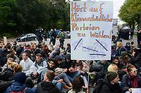 GERMANY, Hamburg city, road blocking for the climate after Fridays for future rally/ DEUTSCHLAND, Hamburg, Sitzblockaden und Polizeieinsatz nach Demo der Fridays-for future Bewegung Alle fürs Klima 20.9.2019