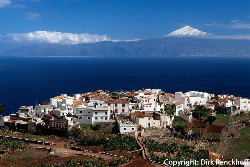 Blick auf Agulo und Teide auf Teneriffa, Gomera, Kanarische Inseln, Spanien