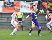 RSC Anderlecht Dames - Ajax Amsterdam : Stephanie Van Gils aan de bal voor Anouk Hoogendijk (links).foto DAVID CATRY / Nikonpro.be