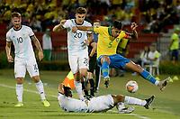 BUCARAMANGA - COLOMBIA, 09-02-2020: Un jugador de Argentina disputa el balón con Bruno Guimaraes de Brasil durante partido entre Argentina U-23 y Brasil U-23 por el cuadrangular final como parte del torneo CONMEBOL Preolímpico Colombia 2020 jugado en el estadio Alfonso Lopez en Bucaramanga, Colombia. / A player of Argentina fights the ball with Bruno Guimaraes of Brazil during the match between Argentina U-23 and Brazil U-23 for for the final quadrangular as part of CONMEBOL Pre-Olympic Tournament Colombia 2020 played at Alfonso Lopez stadium in Bucaramanga, Colombia. Photo: VizzorImage / Jaime Moreno / Cont