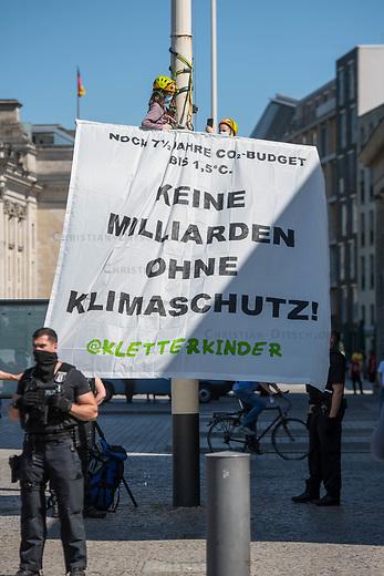 """Die 8 und 11 jaehrigen """"Kletterkinder"""" erklommen am Dienstag den 2. Juni 2020 in Berlin am Brandenburger Tor einen Laternenmast und entrollten ein Transparent mit der Aufschrift """"Keine Milliarden ohne Klimaschutz!"""". Die beiden Maedchen forderten, dass die Subventionen und staatlichen Unterstuetzungszahlungen an die deutsche Industrie an Klimavertraeglichkeit gebunden werden.<br /> 2.6.2020, Berlin<br /> Copyright: Christian-Ditsch.de<br /> [NUR FUER REDAKTIONELLE ZWECKE! Werbung nur auf Anfrage beim Fotografen. Inhaltsveraendernde Manipulation des Fotos nur nach ausdruecklicher Genehmigung des Fotografen. Vereinbarungen ueber Abtretung von Persoenlichkeitsrechten/Model Release der abgebildeten Person/Personen liegen nicht vor. NO MODEL RELEASE! Don't publish without copyright Christian-Ditsch.de, Veroeffentlichung nur mit Fotografennennung, sowie gegen Honorar, MwSt. und Beleg. Konto: I N G - D i B a, IBAN DE58500105175400192269, BIC INGDDEFFXXX, Kontakt: post@christian-ditsch.de<br /> Bei der Bearbeitung der Dateiinformationen darf die Urheberkennzeichnung in den EXIF- und  IPTC-Daten nicht entfernt werden, diese sind in digitalen Medien nach §95c UrhG rechtlich geschuetzt. Der Urhebervermerk wird gemaess §13 UrhG verlangt.]"""