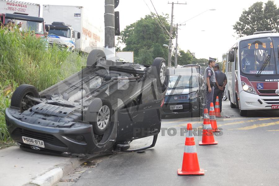 SAO PAULO, SP - 19.01.2015 - COLISAO DE BANDIDOS NA EST. ITAPECERICA - Bandidos em fuga colidem com veículo na Est. do Itapecerica, na altura do nº 5300, na região do Capão Redondo, na zona sul da capital paulista na tarde desta segunda-feira (19). Os suspeitos foram detidos pela polícia e os demais envolvidos no acidente socorridos pelo SAMU, não há informações sobre vítimas graves.<br /> <br /> (Foto: Fabricio Bomjardim / Brazil Photo Press)