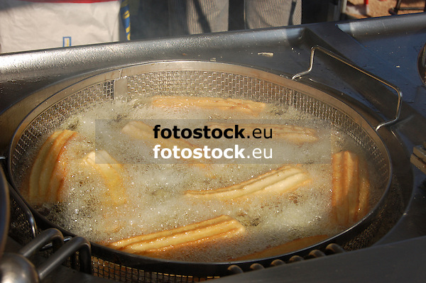 churros being deep-fried in cooking oil<br /> <br /> churros en aceite caliente<br /> <br /> Churros werden in kochendem Öl frittiert<br /> <br /> 3008 x 2000 px<br /> 150 dpi: 50,94 x 33,87 cm<br /> 300 dpi: 25,47 x 16,93 cm