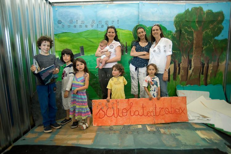 """Erika De martino con l'amica e """"collega"""" di homeschooling Sara e i loro sei figli, dai 2 mesi ai dodici anni,  durante una prova teatrale nella """"suolateatrobox"""""""