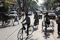 INDIA Westbengal, Kolkata, traffic with bicycle and man-powered rickshaw / INDIEN, Westbengalen, Kolkata, verkehrsreiche Strasse, handgezogene Rikscha, die Arbeit wird von armen Kulis aus Bihar verrichtet