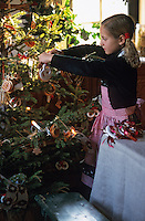 Europe/France/Alsace/68/Haut-Rhin/Ungersheim: Ecomusée d'Alsace - Petite fille préparant le sapin de Noël (AUTORISATION N°246)